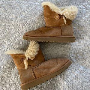 UGG Bailey Button Short Boot (Kids 3)